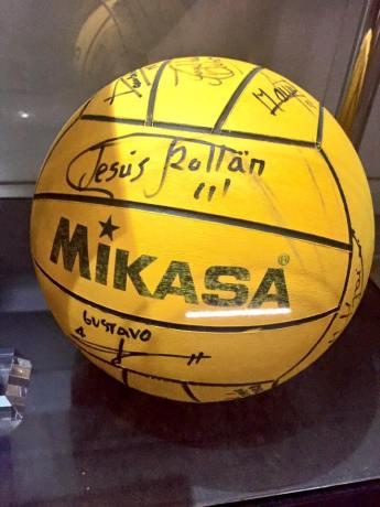 Balón de los Juegos Olímpicos de Barcelona 92 firmado por la selección en una de las vitrinas de exposición