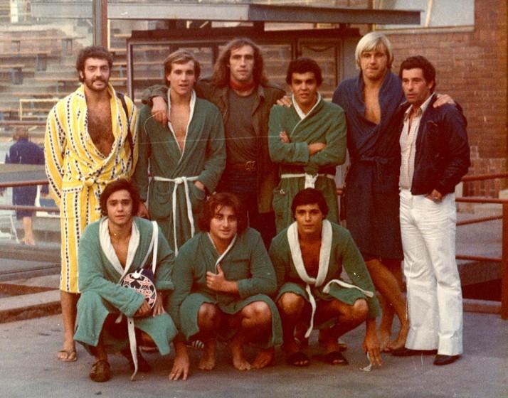 Jugadores del Club Natación Montjuic, visitan Budapest en 1976 y conocen a los jugadores Farago and Csapo. Arriba: Joan Sans, Jordi Alonso, Tamas Farago, Enric Bertran, Gabor Csapo, Imre Szikora. Squatting. Abajo: Jaume Fite, Villarrubias, Joan Lopez.