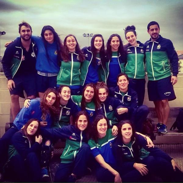 La plantilla del Leioa Waterpolo, entrenadas por Jon López y Gorka Sanchéz después del partido, con la victoria se colocan como las actuales líderes de 1ª División Femenina.